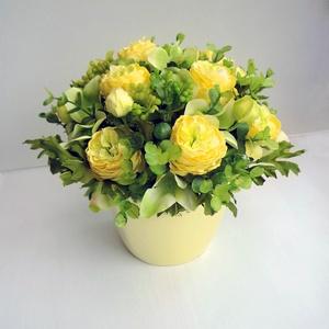 Húsvéti asztaldísz sárga boglárkával, Otthon & lakás, Lakberendezés, Asztaldísz, Virágkötés, Vidám selyemvirág asztaldísz, vajszínű kaspóban selyem boglárkából, selyem hortenziából zöldekkel és..., Meska