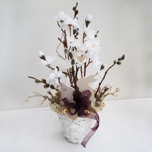 Húsvéti asztaldísz kosárkában, Otthon & lakás, Lakberendezés, Asztaldísz, Virágkötés, Vidám selyemvirág - szárazvirág asztaldísz, fehér kaspóban selyem cseresznyevirágokkal, és mini mű f..., Meska