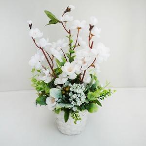Tavaszi asztaldísz kosárkában, Otthon & lakás, Lakberendezés, Asztaldísz, Virágkötés, Elegáns selyemvirág asztaldísz, fehér kaspóban selyem cseresznyevirágokkal, és zöldekkel.\nKb. 20cm x..., Meska