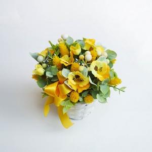 Selyemvirág asztaldísz árvácskás, Otthon & lakás, Lakberendezés, Asztaldísz, Vidám selyemvirág - szárazvirág asztaldísz, fehér fonott kaspóban. Kb. 13cm x 13cm  Személyesen átve..., Meska