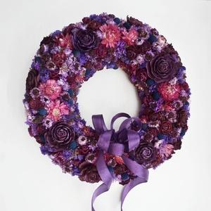 Lila vintage ajtódísz, Otthon & lakás, Lakberendezés, Ajtódísz, kopogtató, Virágkötés, Száraz virágokból, termésekből készítettem, ezt az ajtódíszt, lila és bordó színben\nKülső átmérője k..., Meska