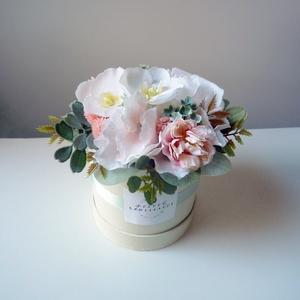 Kis virágdoboz szülinapra, Otthon & lakás, Édes kis virágdoboz rózsaszín és fehér virágokkal. Szoba dísze vagy kedves ajándék lehet. 18 cm maga..., Meska