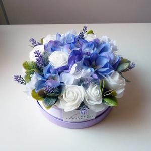 Kis szülinapi levendulás virág doboz, Esküvő, Nászajándék, Gyönyörű selyemvirágból készült virágdoboz  születésnapra fehér rózsákkal szarkalábbal és levenduláv..., Meska