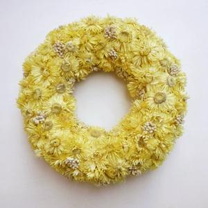 Krém sárga szalmarózsa kopogtató, Otthon & lakás, Lakberendezés, Ajtódísz, kopogtató, Világos sárga szalmavirágból és apró fehér szárazvirágokból készült kopogtat koszorú. Kb. 25 cm. Sze..., Meska