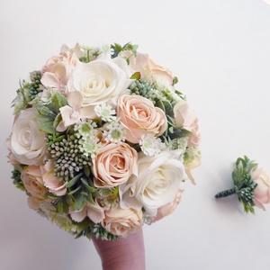 Kis menyasszonyi örökcsokor kitűzővel, Esküvő, Esküvői csokor, Virágkötés, Púder és fehér selyemrózsából kötöttem rezgővel és zöldekkel kiegészítve. A félgömb esküvői csokor a..., Meska