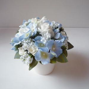 Kék hortentziás asztaldísz , Otthon & lakás, Lakberendezés, Asztaldísz, Vidám selyemvirág  asztaldísz, fehér kaspóban kék selyem hortenziával, fehér habrózsával és feliratt..., Meska
