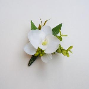 Kis orchidea esküvői kitűző, Esküvő, Hajdísz, ruhadísz, Kis selyem orchideából készült esküvői kitűző. Vőlegény, örömapa, tanuk vagy vőfély részére ajánlom...., Meska