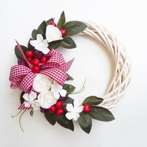 Nyári bogyós rózsás ajtódísz, Otthon & lakás, Lakberendezés, Ajtódísz, kopogtató, 20 cm-es alapra készült, fehér rózsával, bogyókkal és piros kockás szalaggal díszített koszorú. Fehé..., Meska