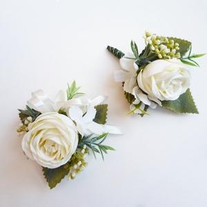 Esküvői selyemvirág szett kitűző és kardísz fehér, Kitűző, Kiegészítők, Esküvő, Virágkötés, Esküvői stílusú selyemvirág szett. Kitűző alapra és gumis kardísz pántra készítettem.\n\nVőlegény kitű..., Meska