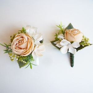 Esküvői selyemvirág szett kitűző és kardísz púder, Kitűző, Kiegészítők, Esküvő, Virágkötés, Esküvői stílusú selyemvirág szett. Kitűző alapra és gumis kardísz pántra készítettem.\n\nVőlegény kitű..., Meska