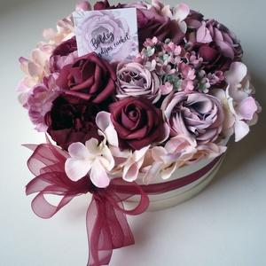 """Nyugdíjas búcsúztató virág doboz, Esküvő, Nászajándék, Gyönyörű selyemvirágból készült virágdoboz lila és bordó rózsákkal és hortenziával, """"Boldog nyugdíja..., Meska"""