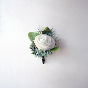 Vőlegény kitűző fehér rózsa, Esküvő, Hajdísz, ruhadísz, Fehér habrózsából készült vőlegénykitűző, a rózsaszín-fehér csokorhoz illő darab, kitűző alapra kész..., Meska