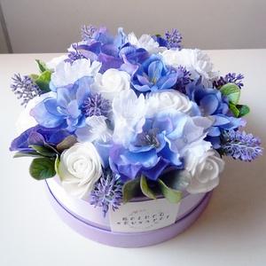 Névnapi levendulás virág doboz, Esküvő, Nászajándék, Gyönyörű selyemvirágból készült virágdoboz  születésnapra fehér rózsákkal szarkalábbal és levenduláv..., Meska