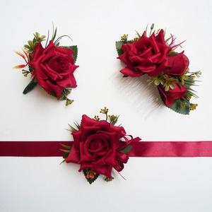 Vörös rózsás szett menyecske tánchoz, Esküvői szett, Esküvő, Virágkötés, Sötét piros vagy világosabb bordó rózsából készült esküvői garnitúra:\n- férj öltönydísz (kitűző)\n- h..., Meska