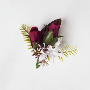 Bordó rózsa esküvői kitűző, Kitűző, Kiegészítők, Esküvő, Virágkötés, Bordó rózsabimbókból készült esküvői kitűző bogyókkal levelekkel, Vőlegény, örömapa, tanuk vagy vőfé..., Meska