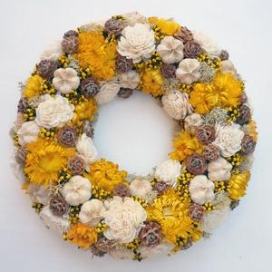 Sárga szalmarózsa ajtódísz koszorú, Ajtódísz & Kopogtató, Dekoráció, Otthon & Lakás, Virágkötés, Szalmarózsával készült koszorú száraz virágokból és termésekből, sárga és natúr és mogyoróbarna szín..., Meska