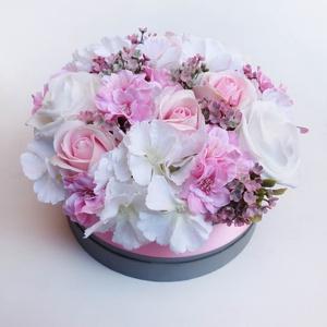 Nagy rózsaszín rózsás virágdoboz, Csokor & Virágdísz, Dekoráció, Otthon & Lakás, Virágkötés, Gyönyörű selyem hortenziából, habrózsából, szappanrózsából és apró rózsaszín virágokból készítettem ..., Meska