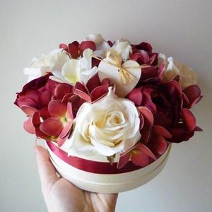 Szíves virág doboz orchideákkal, Esküvő, Emlék & Ajándék, Szülőköszöntő ajándék, Virágkötés, Gyönyörű selyemvirágból és mű hortenziából készült virágdoboz törtfehér és bordó rózsákkal és orchid..., Meska