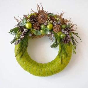 Karácsonyi ajtódísz zöld színben, Otthon & Lakás, Karácsony & Mikulás, Karácsonyi kopogtató, Virágkötés, Különleges zöld karácsonyi ajtódísz, gömbökkel és termésekkel. Átmérője 20 cm.\n\nX. kerületben, vagy ..., Meska