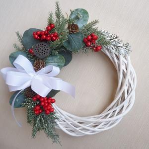 Karácsonyi ajtódísz eukaliptusszal, Otthon & Lakás, Karácsony & Mikulás, Karácsonyi kopogtató, Virágkötés, 25 cm átmérőjű fehér alapra piros bogyós, eukaliptusz leveles koszorú,  tobozokkal.\nSzemélyesen átve..., Meska