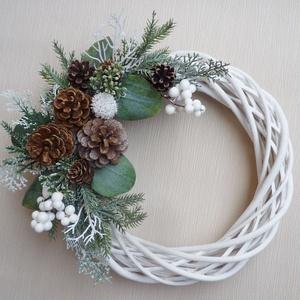 Karácsonyi ajtódísz fehér havas eukaliptusszal, Otthon & Lakás, Karácsony & Mikulás, Karácsonyi kopogtató, Virágkötés, 25 cm átmérőjű fehér alapra fehér bogyós, eukaliptusz leveles koszorú, tobozokkal.\nSzemélyesen átveh..., Meska
