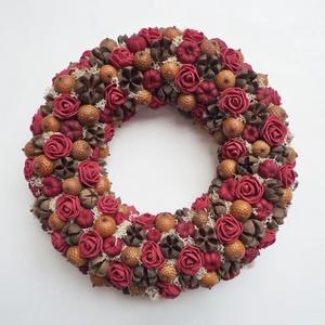 Bordó kis rózsás koszorú ajtódísz, Otthon & Lakás, Dekoráció, Ajtódísz & Kopogtató, Virágkötés, Apró termésekből, mini habrózsából és zuzmóból készült ajtódísz. Szolid és tartós darab, kb. 23 cm á..., Meska