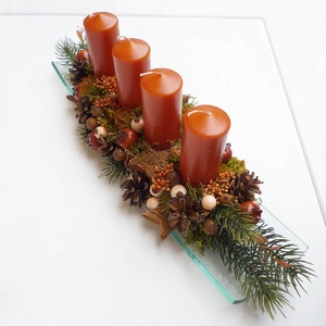 Adventi tál természetes stílusban, Karácsony & Mikulás, Adventi koszorú, Kb. 40cm hosszú, üvegtálba készült asztaldísz, műfenyővel és karamella színű gyertyákkal, fa csillag..., Meska