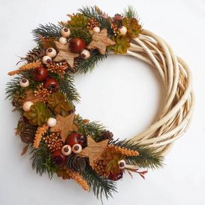 Karácsonyi csillagos ajtódísz természetes stílusban , Otthon & Lakás, Dekoráció, Ajtódísz & Kopogtató, 25 cm átmérőjű alapra barna bogyós csillagos koszorú, műfenyővel. Natúr fűzfa alapra készítettem. Sz..., Meska