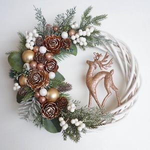 Csodaszarvas karácsonyi ajtódísz, Karácsony & Mikulás, Karácsonyi kopogtató, 25 cm-es alapra készült, bogyókkal, és műfenyővel díszített koszorú. A dísz teljes mérete kb. 29 cm...., Meska