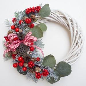 Karácsonyi ajtódísz eukaliptusszal, Karácsony & Mikulás, Karácsonyi kopogtató, 25 cm átmérőjű fehér alapra piros bogyós, eukaliptusz leveles koszorú,  tobozokkal. -------------- *..., Meska