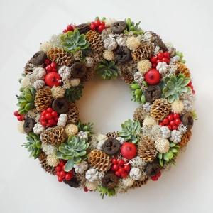 Karácsonyi piros bogyós kövirózsás koszorú , Karácsony & Mikulás, Karácsonyi kopogtató, Ajtódísz koszorú száraz termésekből, mű kövirózsákból, piros bogyókkal. Kb. 23 cm átmérőjű. * Átvéte..., Meska