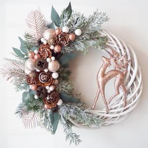 Csodaszarvas karácsonyi ajtódísz Rose gold púder, Karácsony & Mikulás, Karácsonyi kopogtató, Virágkötés, 25 cm-es alapra készült, bogyókkal, és műfenyővel díszített koszorú. A dísz teljes mérete kb. 29 cm...., Meska