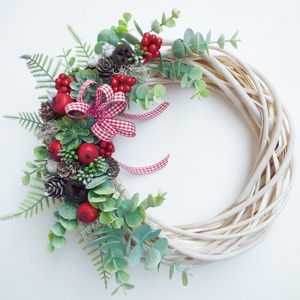 Piros bogyós karácsonyi ajtódísz eukaliptusszal, Karácsony & Mikulás, Karácsonyi kopogtató, 25 cm átmérőjű natúr alapra piros bogyós, eukaliptusz leveles koszorú, kis tobozokkal. -------------..., Meska