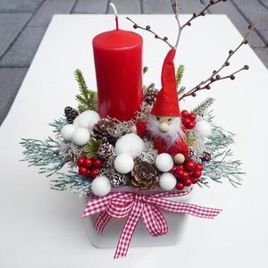 Télapós karácsonyi asztaldísz, Karácsony & Mikulás, Adventi koszorú, Virágkötés, 10x10 cm-es fehér üveg kaspóba készült piros gyertyás asztaldísz kockás szalaggal, és díszekkel. Mag..., Meska