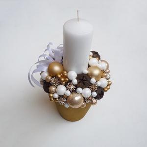 Arany karácsonyi asztaldísz fehér gyertyával, Karácsony & Mikulás, Karácsonyi dekoráció, Virágkötés, Kb. 21x11 cm-es kompozíció piros gyertyával. Termésekkel, arany gömbökkel, és fehér gyertyával.\n* Át..., Meska