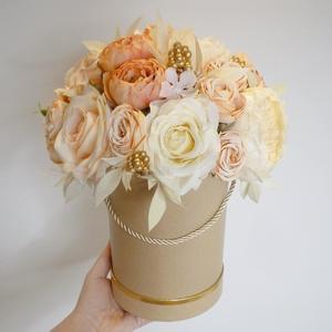Nagy ünnepi virágdoboz púder és arany színben, Otthon & Lakás, Dekoráció, Asztaldísz, Virágkötés, Gyönyörű selyem bazsarózsából, rózsából, boglárkából és púder selyem hortenziából készítettem ezt a ..., Meska
