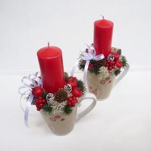2db-os Karácsonyi asztaldísz csomag bögrében piros, Karácsony & Mikulás, Karácsonyi dekoráció, Virágkötés, Karácsonyi mintás bögrébe készült karácsonyi asztaldíszek, piros gyertyával termésekkel, bogyókkal. ..., Meska