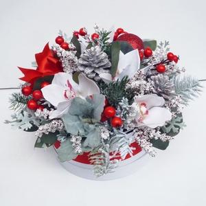 Nagy karácsonyi  virágdoboz, Otthon & Lakás, Dekoráció, Asztaldísz, Virágkötés, Élethű orchideákból havas műfenyővel és levelekkel, piros bogyókkal készítettem ezt a gyönyörűséges ..., Meska