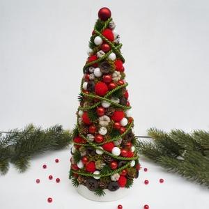 Mini karácsonyfa piros gömbökkel, Karácsony & Mikulás, Karácsonyi dekoráció, Virágkötés, 31-32 cm magas mini karácsonyfa, vagy fenyőfa tobozokból és termésekből, bogyókkal. Apró piros és fe..., Meska