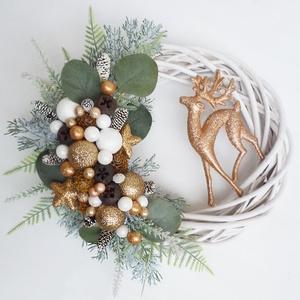 Csodaszarvas karácsonyi ajtódísz óarany II., Karácsony & Mikulás, Karácsonyi kopogtató, Virágkötés, 25 cm-es alapra készült, bogyókkal, és műfenyővel díszített koszorú. A dísz teljes mérete kb. 28 cm...., Meska