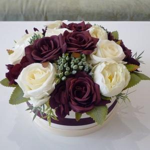 Bordó rózsás virágdoboz, Esküvő, Emlék & Ajándék, Szülőköszöntő ajándék, Virágkötés, 21 cm átmérőjű dísz. Sötét bordó (burgundy) selyemrózsákból és halvány krém színű rózsákból készítet..., Meska