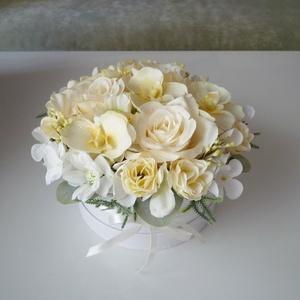 Orchideás kis virágdoboz, Esküvő, Emlék & Ajándék, Szülőköszöntő ajándék, Virágkötés, Gyönyörű selyemvirágból készült virágdoboz krém, fehér és hamvas zöld színben. Fehér papírdobozba ké..., Meska