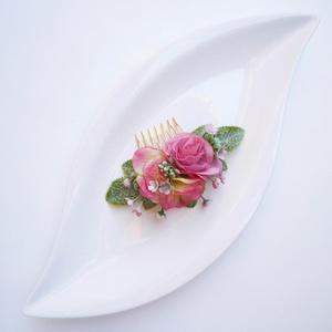 Rózsaszín rózsás menyasszonyi hajdísz, Fésűs hajdísz, Hajdísz, Esküvő, Virágkötés, Rózsaszín kis selyem rózsából hortenziavirággal készült hajdísz fésű alapra.\nMérete 9cmx8cm (fésűvel..., Meska