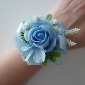 Kék rózsa csuklódísz, Karkötő & Csuklódísz, Ékszer, Esküvő, Virágkötés, Kék habrózsából és szalagból készítettem ezt a bájos kardíszt, koszorúslányoknak vagy női tanuknak g..., Meska