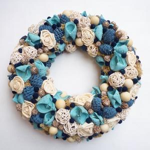 Kék kopogtató ajtódísz, Otthon & Lakás, Dekoráció, Ajtódísz & Kopogtató, Virágkötés, Ajtódísz koszorú fehér bogyókból, kék és türkiz termésekből. Kopogtató vagy fali dísz is lehet elősz..., Meska