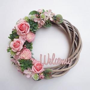 Welcome rózsaszín ajtódísz kövirózsás, Otthon & Lakás, Dekoráció, Ajtódísz & Kopogtató, Virágkötés, 21 cm átmérőjű kedves tavaszi koszorú, Welcome felirattal. antikolt fűzfa alapra készítettem, köviró..., Meska