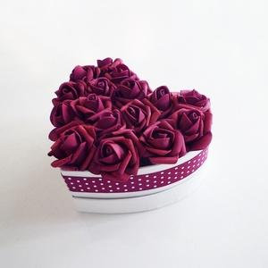Kis bordó rózsás szív alakú virágdoboz , Esküvő, Emlék & Ajándék, Szülőköszöntő ajándék, Virágkötés, Bordó habrózsákból készült virágdoboz pöttyös szalaggal, fehér szív alakú papír dobozban, Valentin n..., Meska