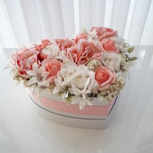 Rózsaszín szív alakú virágdoboz , Otthon & Lakás, Dekoráció, Asztaldísz, Virágkötés, Rózsaszín semyerózsákból és habrózsákból készült virágdoboz pöttyös szalaggal, fehér szív alakú papí..., Meska