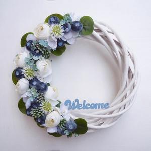 Áfonyás \'Welcome\' ajtódísz koszorú , Otthon & Lakás, Dekoráció, Ajtódísz & Kopogtató, Virágkötés, 21 cm átmérőjű kedves tavaszi koszorú, gipsz áfonyával mű nefelejcs virággal és \'Welcome\' felirattal..., Meska