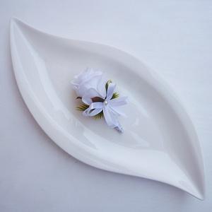Fehér rózsa vőlegény kitűző, Esküvő, Kiegészítők, Kitűző, Virágkötés, Vőlegény vagy tanú részére készült kitűző fehér rózsa selyemvirágból, Kb. 9cm.\n----------------\n* Át..., Meska
